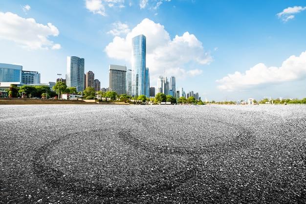 Panoramiczna linia horyzontu i budynki z pustą betonową podłoga