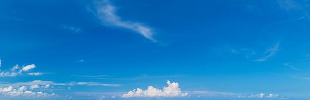 Panoramiczna puszysta chmura w niebieskim niebie