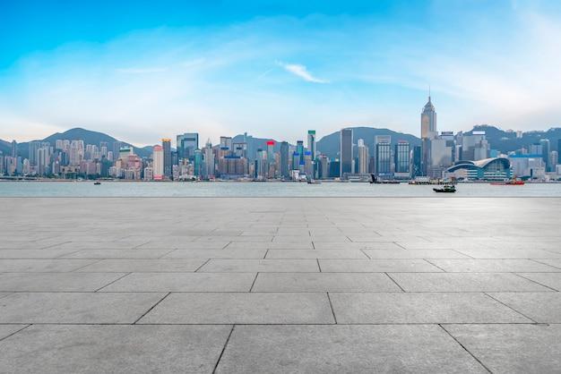 Panoramiczna skyline i plaza brick open building