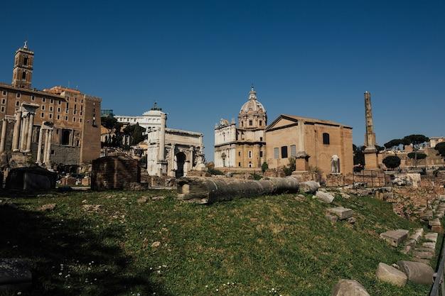 Panoramiczne słoneczne zdjęcie starożytnych ruin forum romanum w ciągu dnia