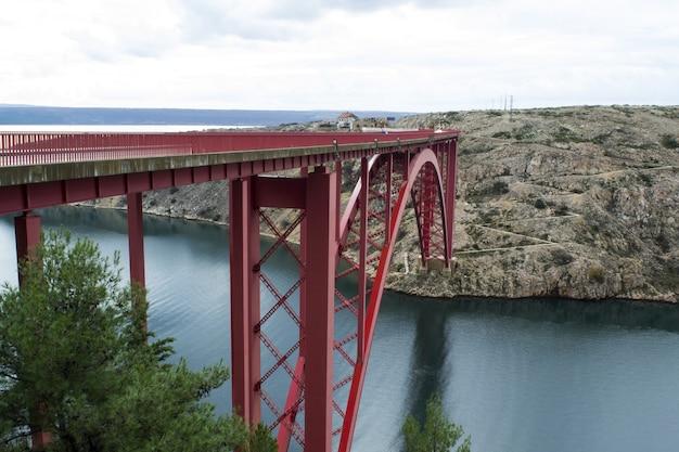 Panoramiczne ujęcie czerwonego mostu maslenica w zadarze w chorwacji