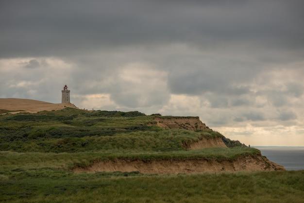 Panoramiczne ujęcie latarni rubjerg knude w północnej danii