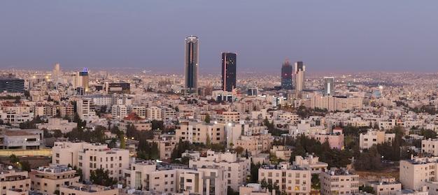 Panoramiczne ujęcie nowego centrum miasta amman, stolicy jordanii