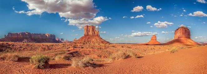 Panoramiczne ujęcie słynnej monument valley w usa