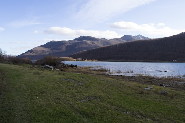Panoramiczne ujęcie trawiastej linii brzegowej ze wzgórzami