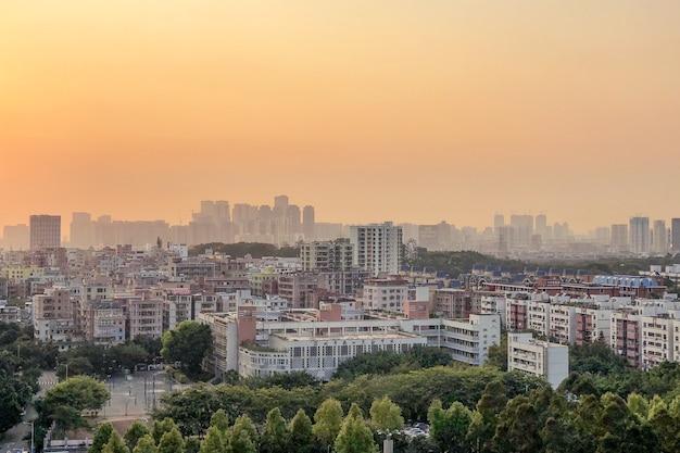 Panoramiczne ujęcie z lotu ptaka na panoramę miasta i kolorową panoramę na zachód słońca z lotu ptaka