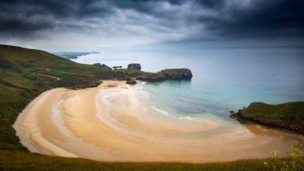 Panoramiczne ujęcie zapierającej dech w piersiach plaży playa de torimbia położonej w niembru w hiszpanii