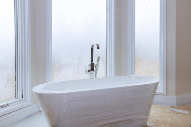 Panoramiczne wnętrze i wanna nowoczesna łazienka po remoncie z luksusową umywalką