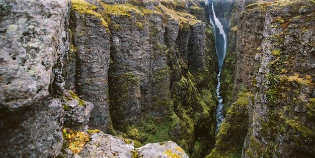 Panoramiczne zdjęcia słynnych islandzkich wodospadów w pochmurne dni z formacjami geologicznymi.