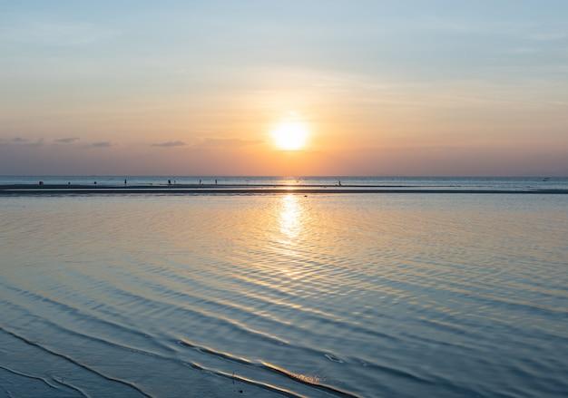Panoramiczny dramatyczny błękitny dennego nieba zmierzch z złotym lekkim tłem