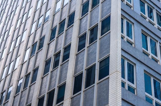 Panoramiczny i perspektywiczny szeroki kąt widzenia na stalowe niebieskie szklane wieżowce w nowoczesnym futurystycznym centrum miasta