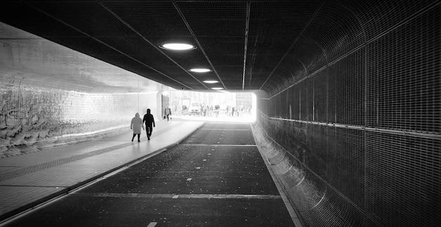 Panoramiczny kąt widoku z przodu tunelu. stacja metra metra amsterdam holandia