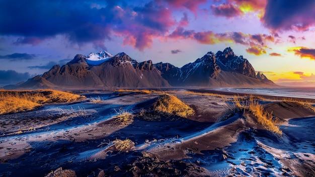 Panoramiczny krajobraz o wschodzie słońca