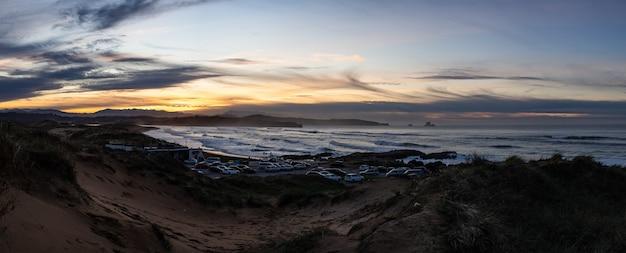 Panoramiczny krajobraz o zachodzie słońca na wydmach plaży valdearenas w liencres w kantabrii.