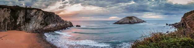 Panoramiczny krajobraz o zachodzie słońca w covachos beach, kantabria.