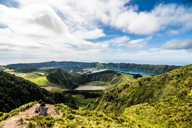 Panoramiczny krajobraz z widokiem na trzy niesamowite stawy, lagoa de santiago, rasa i lagoa azul, lagoa seven cities. azory są jednym z głównych ośrodków turystycznych portugalii