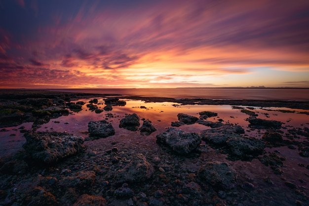 Panoramiczny krajobraz ze skalistym wybrzeżem o zachodzie słońca nad laguną san ignacio, baja california, meksyk