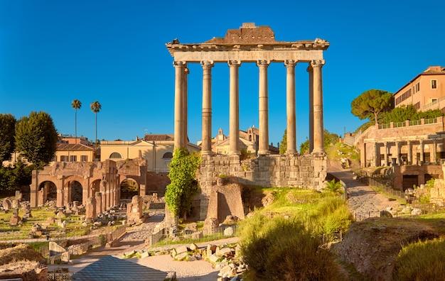 Panoramiczny obraz forum romanum lub forum cezara, w rzymie, włochy