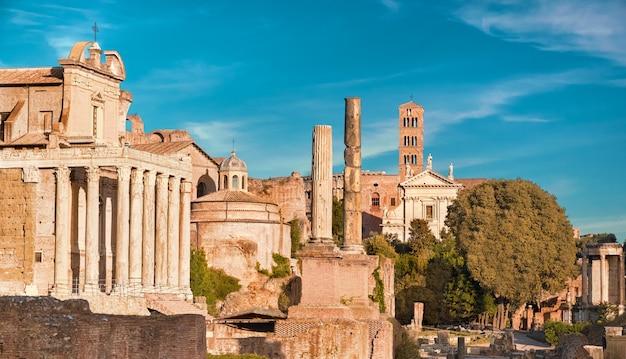Panoramiczny obraz forum romanum, znany również jako foro di cesare lub forum cezara