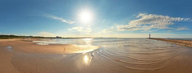 Panoramiczny obraz morza latarnią morską w świnoujściu, polska