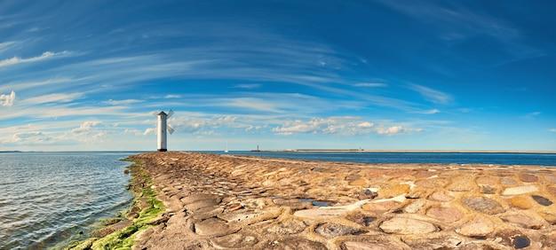 Panoramiczny obraz nadmorskiej latarni morskiej w świnoujściu, polska