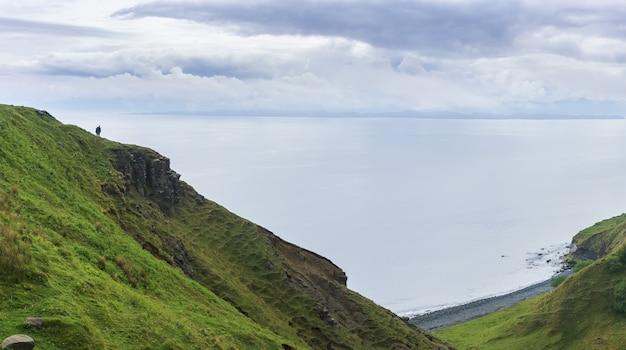 Panoramiczny obraz pięknej oszałamiającej scenerii wąwóz lealt i krawędź klifu, isle of skye, szkocja