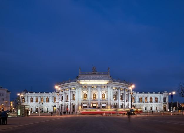 Panoramiczny obraz teatru burgtheater w wiedniu