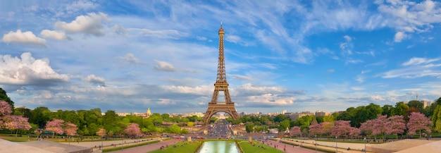 Panoramiczny obraz wieży eiffla z trocadero na wiosnę.