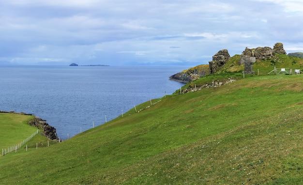 Panoramiczny obraz zamku duntulm , zrujnowanego zamku na północnym wybrzeżu trotternish na wyspie skye latem w szkocji .