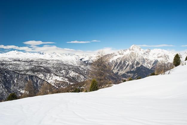 Panoramiczny ośrodek narciarski we włoskich francuskich alpach