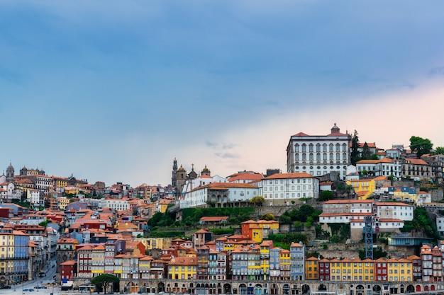 Panoramiczny pejzaż starego miasta porto w portugalii - dzielnica ribeira porto