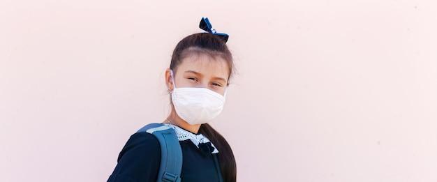 Panoramiczny portret dziewczynki noszenie maski medycznej.