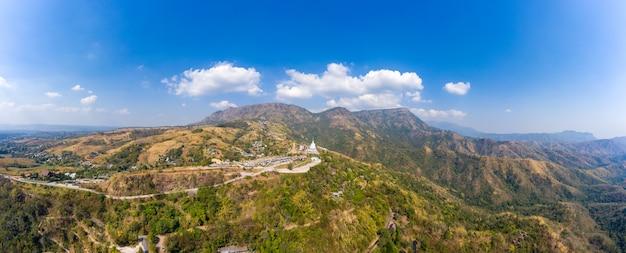 Panoramiczny punkt widokowy khao kho i duży budda na górze