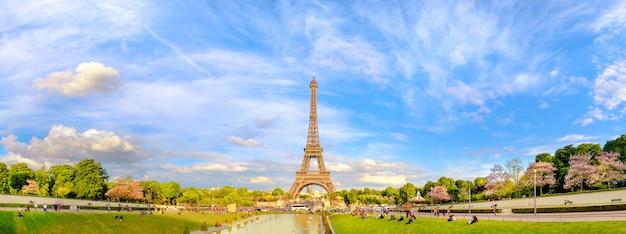 Panoramiczny stonowany obraz wieży eiffla