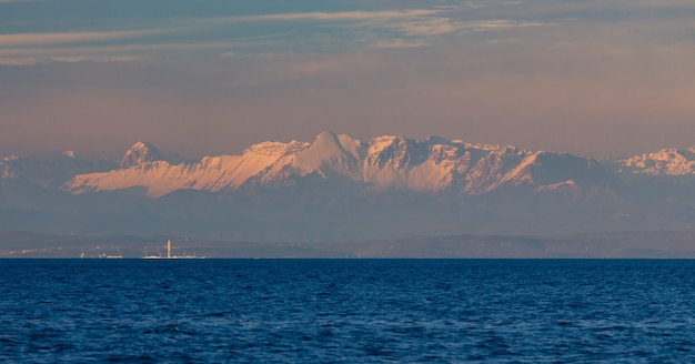 Panoramiczny strzał z adriatyku w chorwacji podczas zachodu słońca i alp w tle