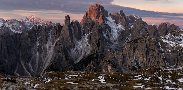 Panoramiczny strzał z góry cadini di misurina we włoskich alpach