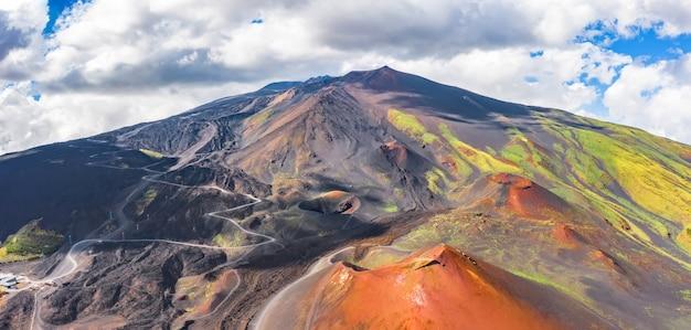 Panoramiczny szeroki widok na aktywny wulkan etna, wymarłe kratery na zboczu, ślady aktywności wulkanicznej.