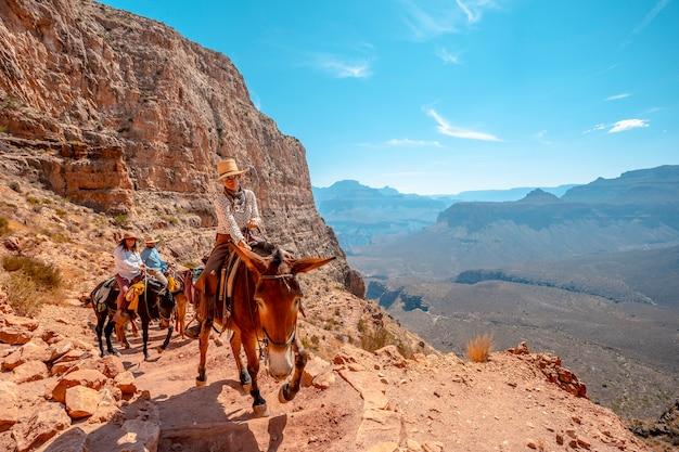 Panoramiczny szlak turystyczny na szlaku south kaibab trailhead. wielki kanion w arizonie