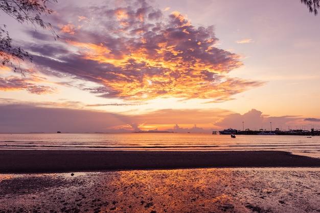 Panoramiczny tropikalny purpurowy denny niebo zmierzch z złotym światłem, samui wyspa, tajlandia