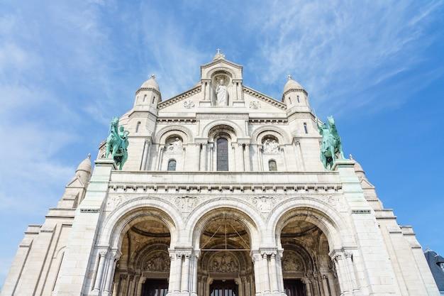 Panoramiczny widok bazylika święty serce paryż z błękitnym chmurnym niebem w tle