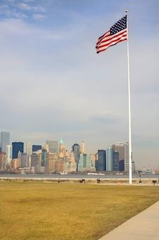 Panoramiczny widok flagi stanów zjednoczonych z manhattanu