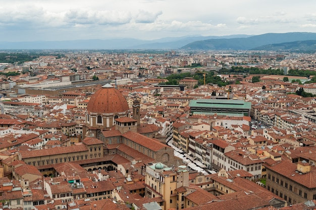 Panoramiczny widok florencji ze szczytu dachu duomo