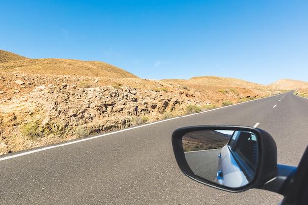 Panoramiczny widok górskiej drogi na fuerteventurze