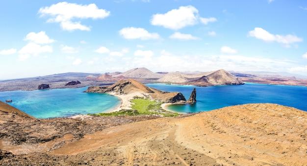 Panoramiczny widok isla bartolome na archipelagu wysp galapagos - ekwador