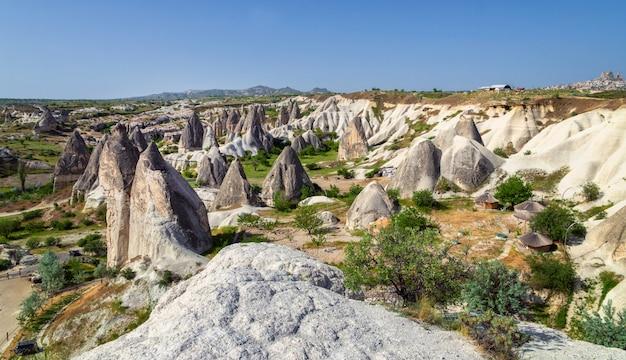 Panoramiczny widok kapadocji. kapadocja jest znana na całym świecie jako jedno z najlepszych miejsc do latania balonami na gorące powietrze. göreme, kapadocja, turcja. krajobraz w tle.