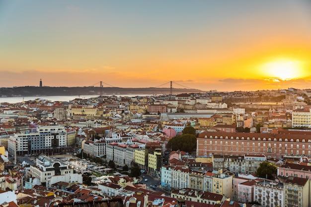 Panoramiczny widok lizbony o zachodzie słońca