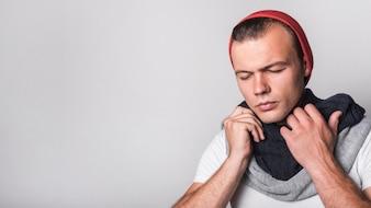 Panoramiczny widok mężczyzna ma grypę przeciw popielatemu tłu