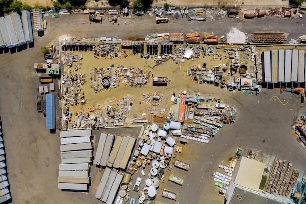 Panoramiczny widok metalowych płyt odpad gromadzony w kontenerze w serwisie utylizacji