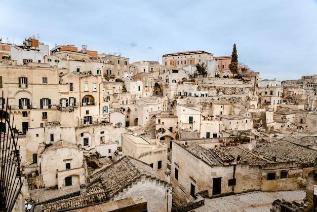 Panoramiczny widok miasta matera we włoszech, starożytna ciekawa wioska dla turystów