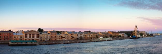 Panoramiczny widok na angielski embankment rano